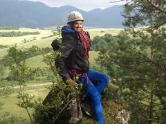 Peťula pózuje na vrchu veže na Slnenčných skalách s Tiger lanom od Bealu