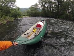 vyťahujem čln z rieky, aby sme ho nepichli