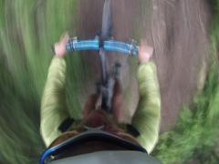 Prvá skratka od vrchu, fix držiak na kamerke trošku nezvláda otrasy :)
