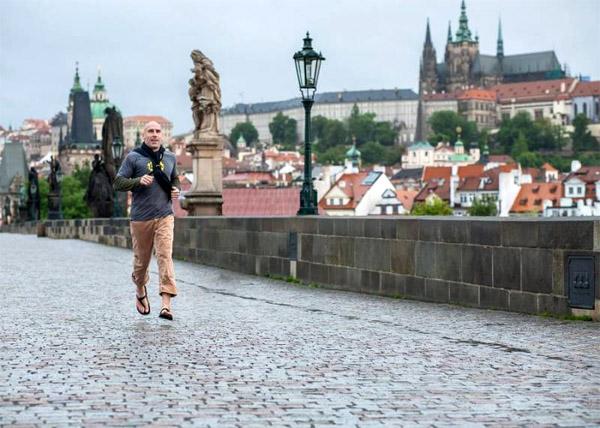 Bosý Ted na Karlovom moste v Prahe