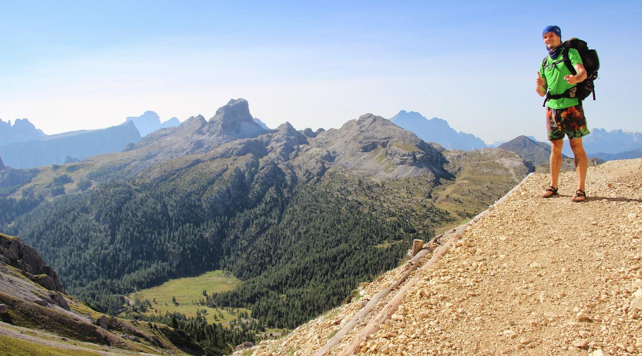 Stúpanie pod Lagazuoi, výhľad na Croda Negra a Nuvolau, Dolomity