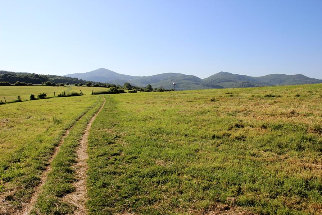 Strážovské vrchy a za Brezinou chodníčkom do Kubrice, výhľad na Ostrý vrch, Čiernachov a Mackovú