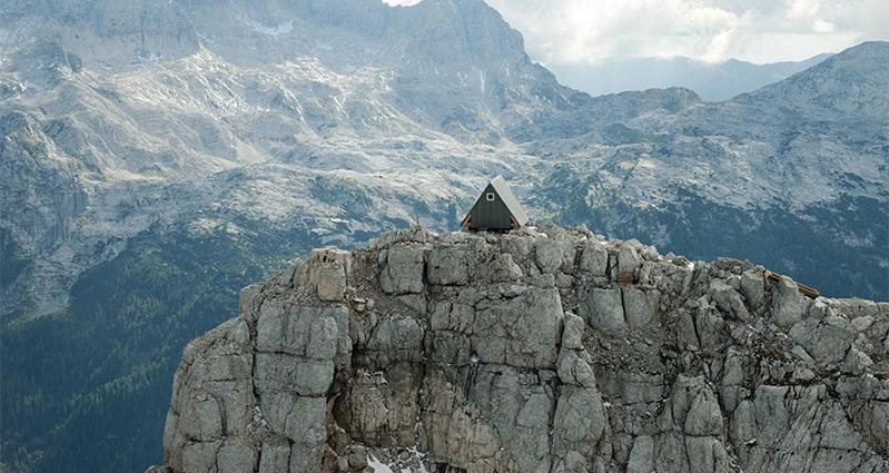 Útuľňa na vrchole Foronon del Buinz, Julské Alpy - Taliansko, zdroj: awesomeinventions.com