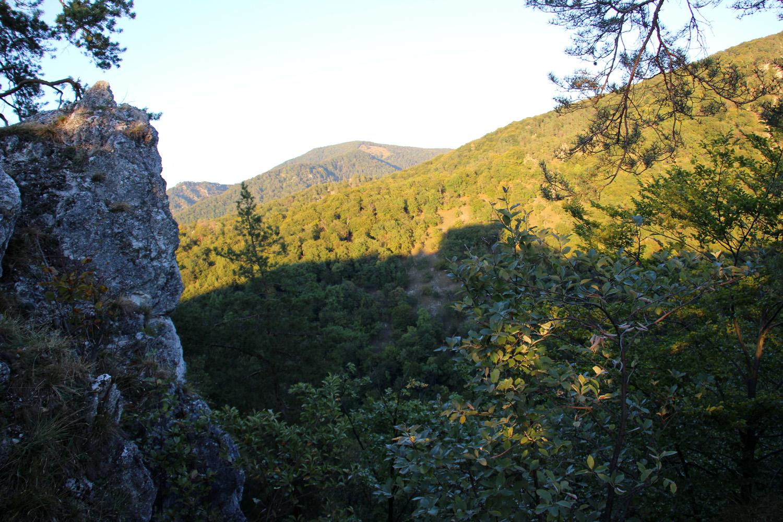 Nad Uhrovským hradom - výhľad na lúčku pod Rokošom, kde je pamätník Štúra a Dubčeka