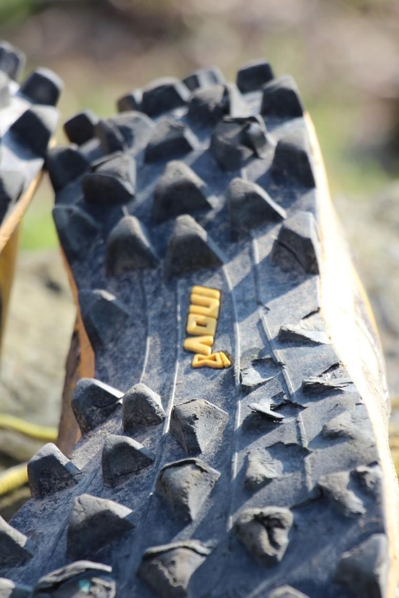 """Odtrhnuté """"drápy"""" na pravej topánke, asi spôsobené mojím došľapovaním"""