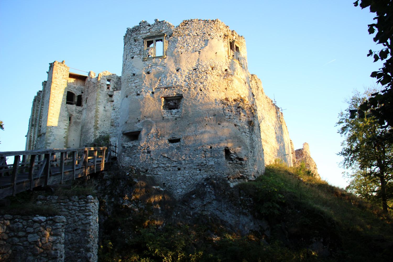 Uhrovský hrad pri západe slnka