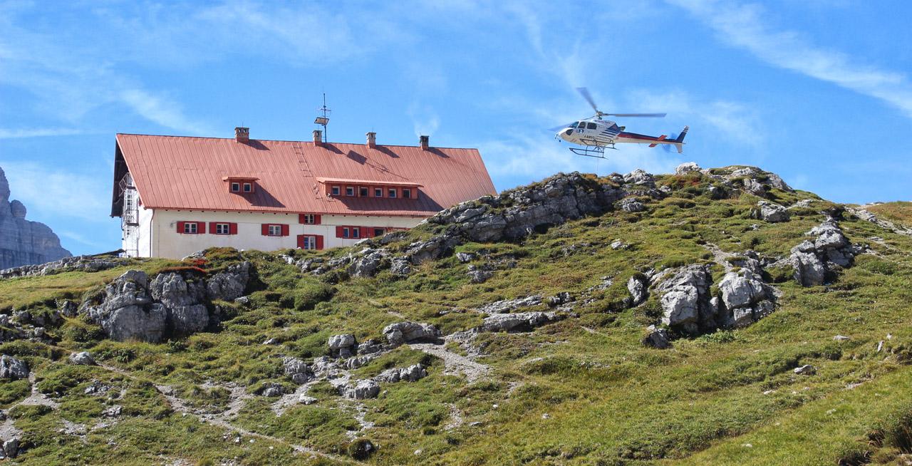 Vrtuľník nad Rifugio Locateli, Dolomity