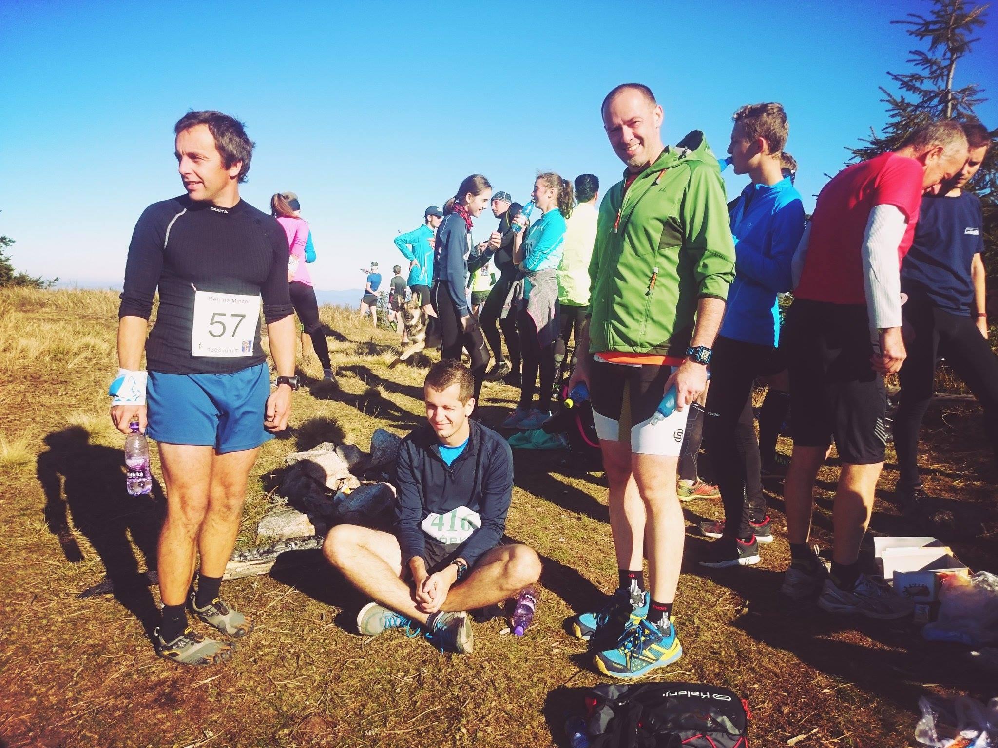 Beh na Minčol 2015 - Bežci oddychujú na vrchole