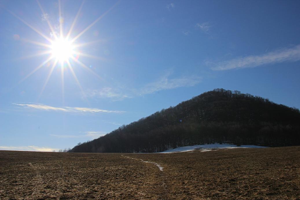 Strážovské vrchy a Čiernachov v chladnom ráne a slnečných lúčoch