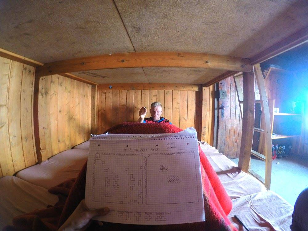Posledný deň skialpovačky keď už máme za sebou Hochvernagtspitze a začína snežiť sa rozhodujeme zostať na chate a spríjemňujeme si čas hrou Loďky ( v mojom prípade Kopce a v Mauricovom Vzducholode :D )