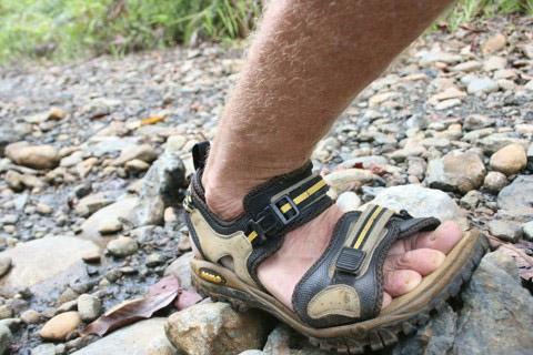 turistické sandále na nohe