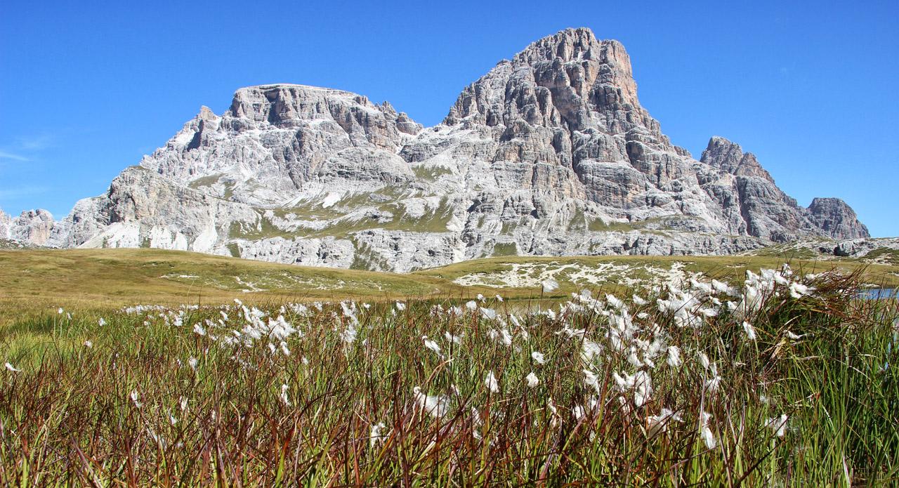 Pohľad od hladiny Lago dei Piani na Schusterplatte, Dolomity
