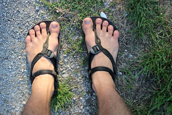 Luna sandále na nohe