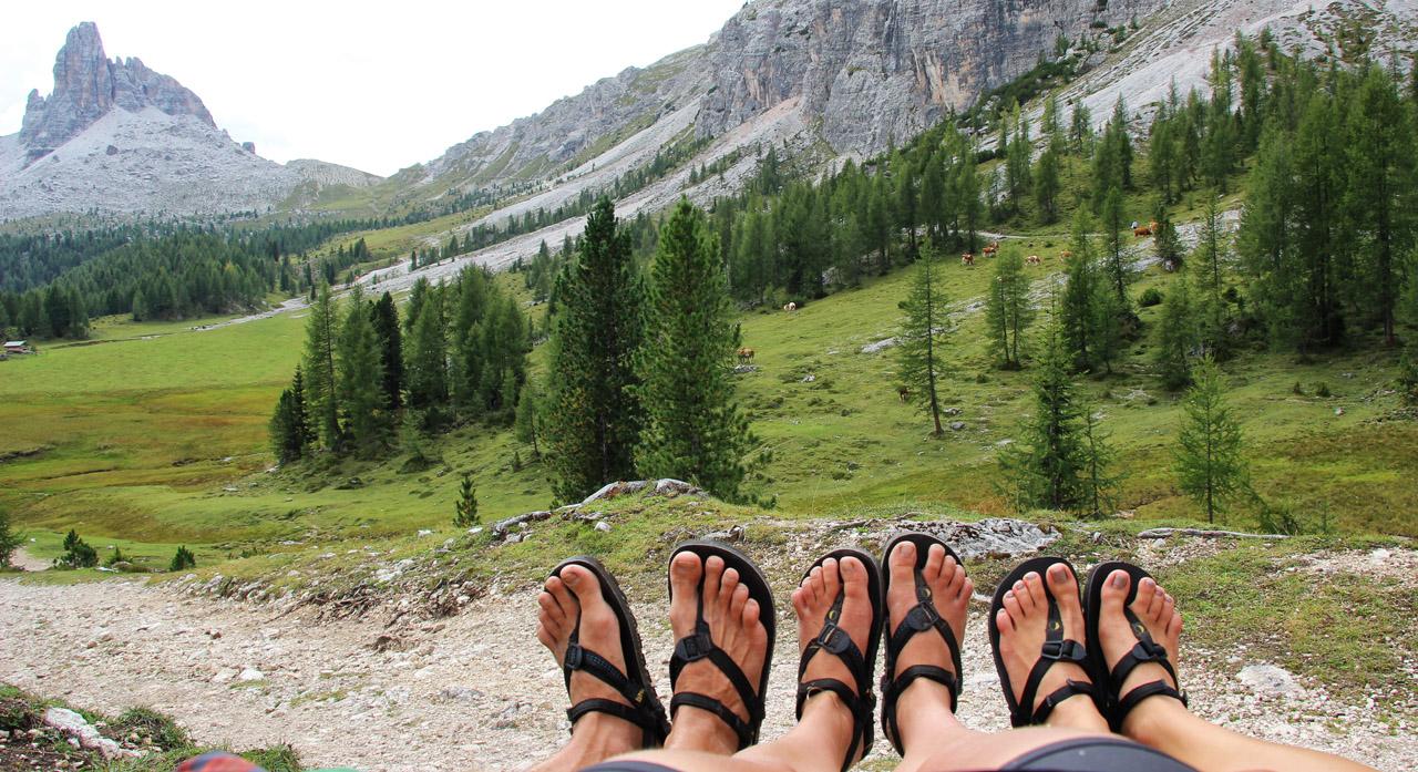 Luna sandals v údolí pri Lago Federa, pod Becco di Mezzodi, Dolomity