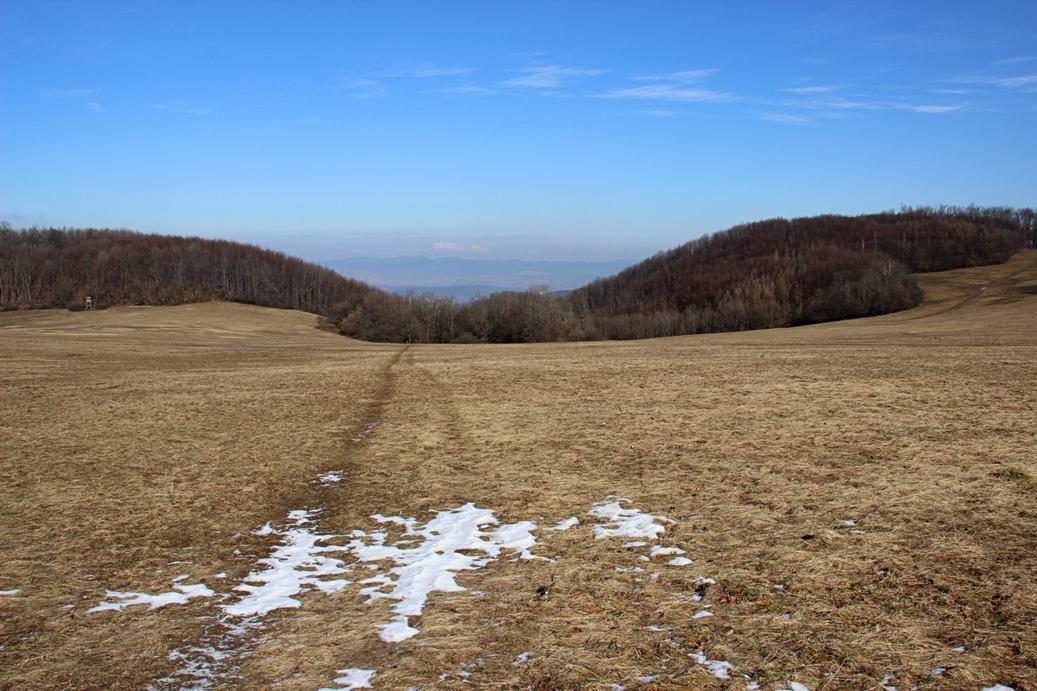 Strážovské vrchy popri chatách do kopca a vychádzam na lúke pod Čiernachovom