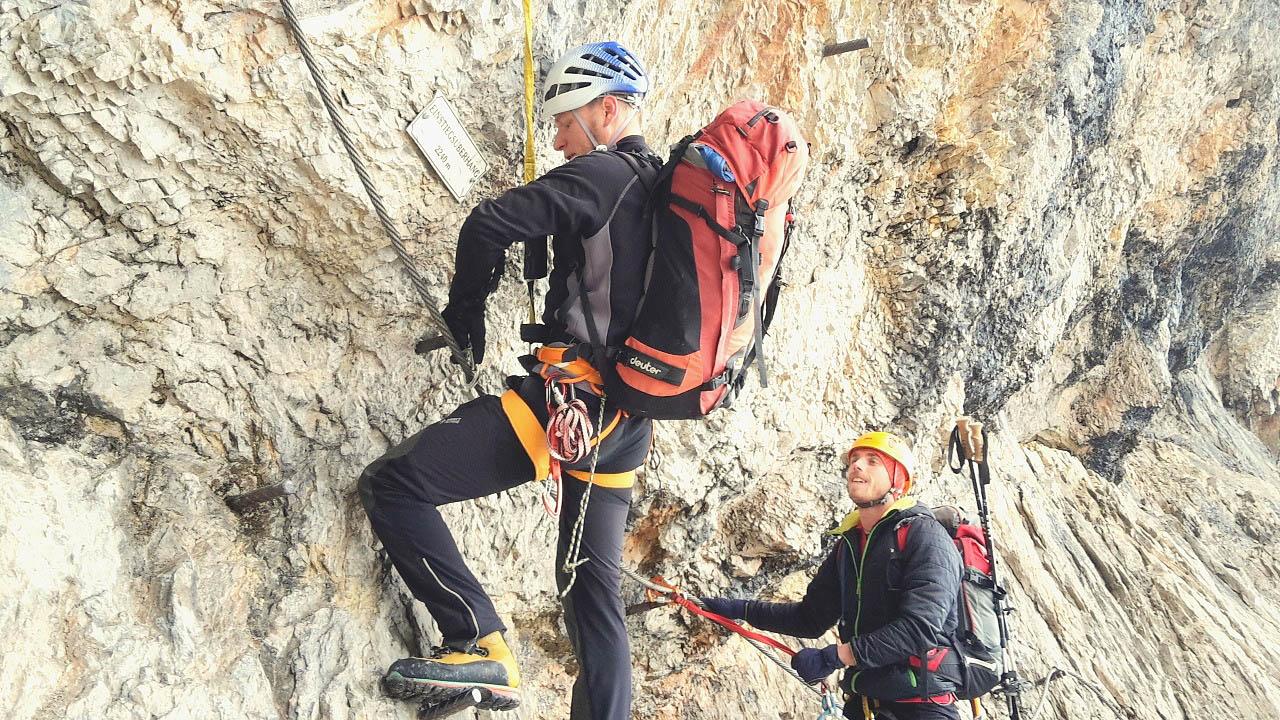 Dachstein I - Mauric začína E úsek a jeho batoh ho nepríjemne sťahuje z cesty.