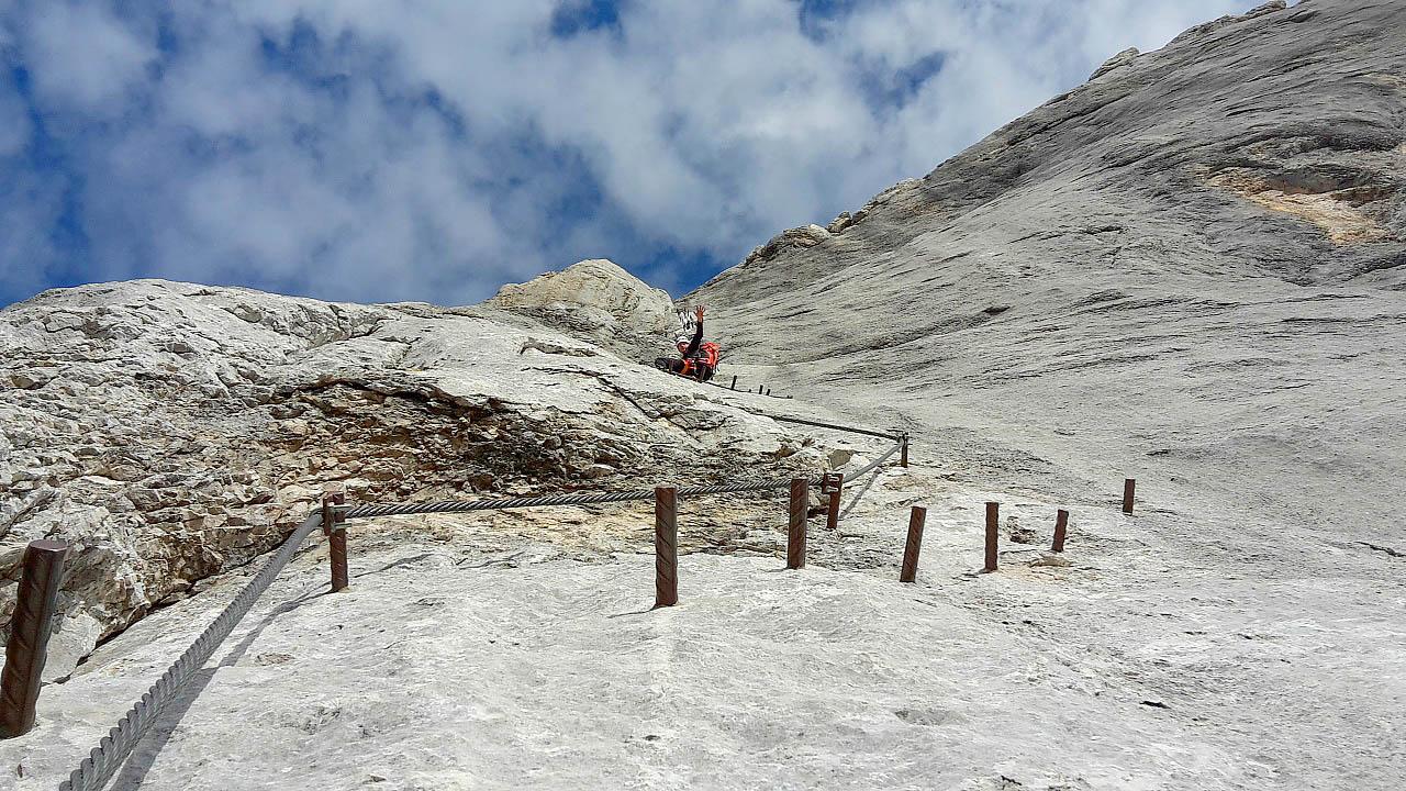 Dachstein I - Lezie sa po úžasných platniach. V tomto ročnom období slniečko tak nepáli, ale príjemne hreje.