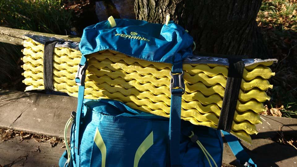 Ferrino Finisterre 40 Lady - turistický batoh Uchytenie karimatky na batoh