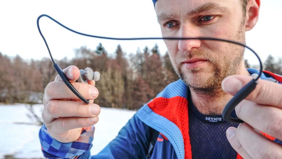Bezdrôtové slúchadla Endurance Sprint sú spojené navzájom káblikom, ktorý dáte okolo krku