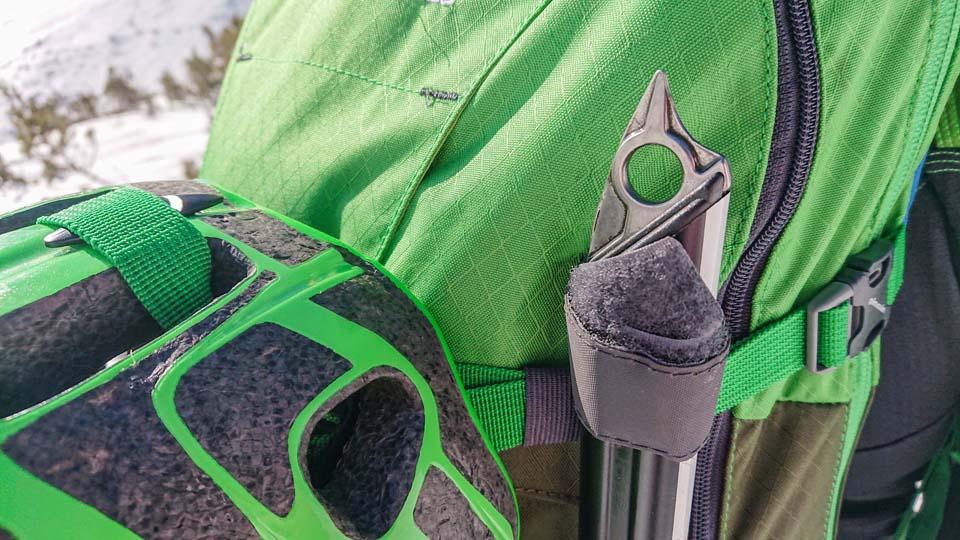 Rúčka cepínu alebo paličky sa na skialpinistický ruksak Pinguin Ace 27 pripevní pomocou putka na suchý zips