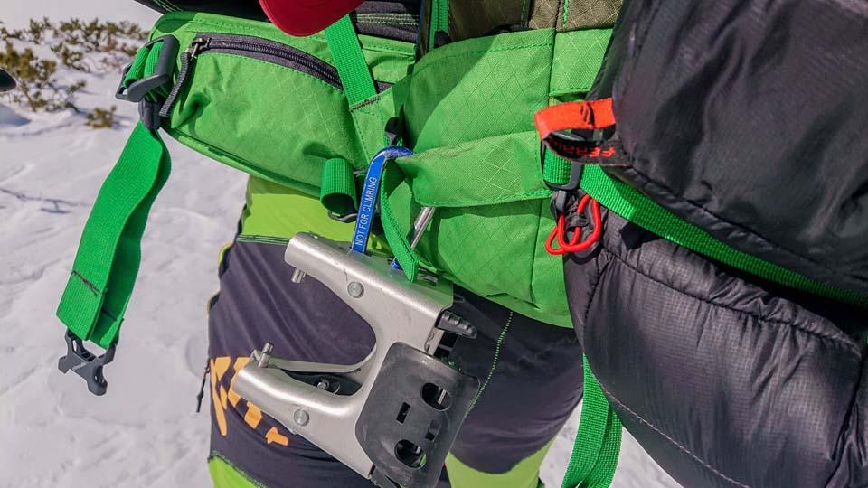 Mačky na lyže alebo haršajzne si na ruksaku prichytím o putko na lyže
