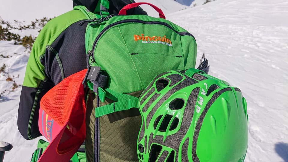 Skialpinistický ruksak Pinguin Ace 27 a jeho popruh na pripevnenie prilby