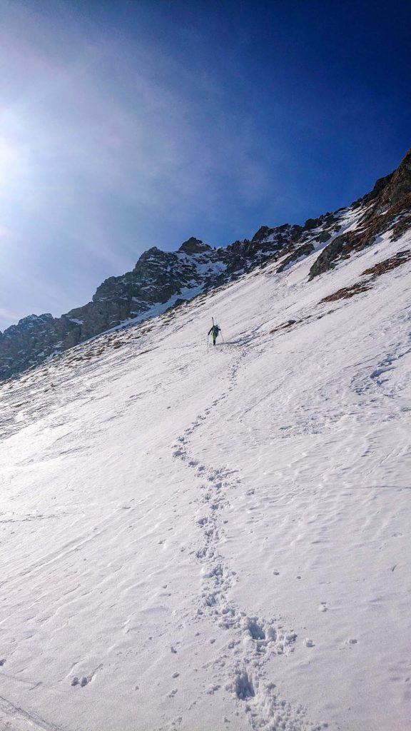 Skialpinistický ruksak Pinguin Ace 27 nám skvelo poslúžil vo Vysokých Tatrách, keď prišiel strmý terén a bolo treba pripevniť lyže na ruksak a šlapať hore na mačkách