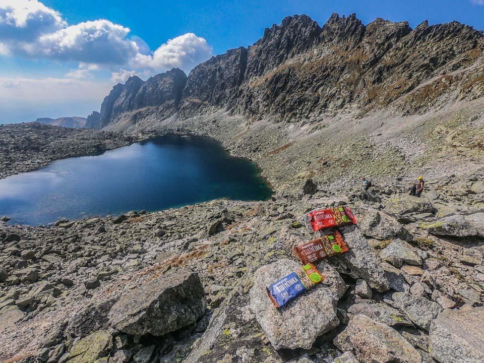 Vo Vysokých Tatrách sú krásne, no už technicky náročnejšie traily. Ani tam na´m nesmú chýbať tyčinky Dobré čas