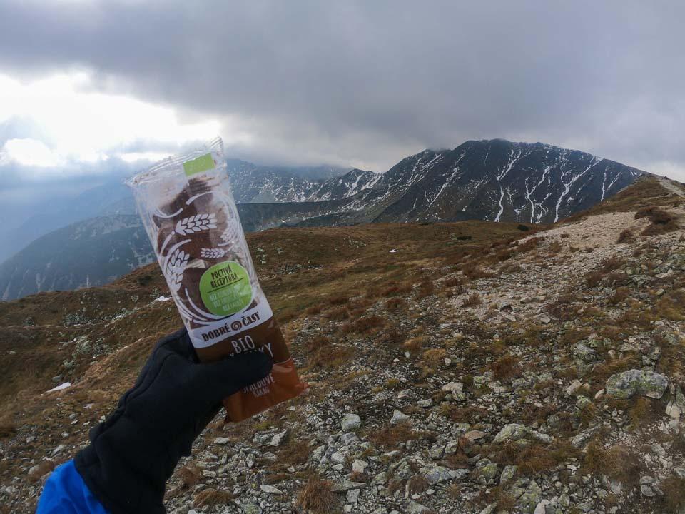 Keď sa chystáme prejsť vyše 40 kilometroý hrebeň Západných Tatier, určite si pribalíme sušienky Dobré časy