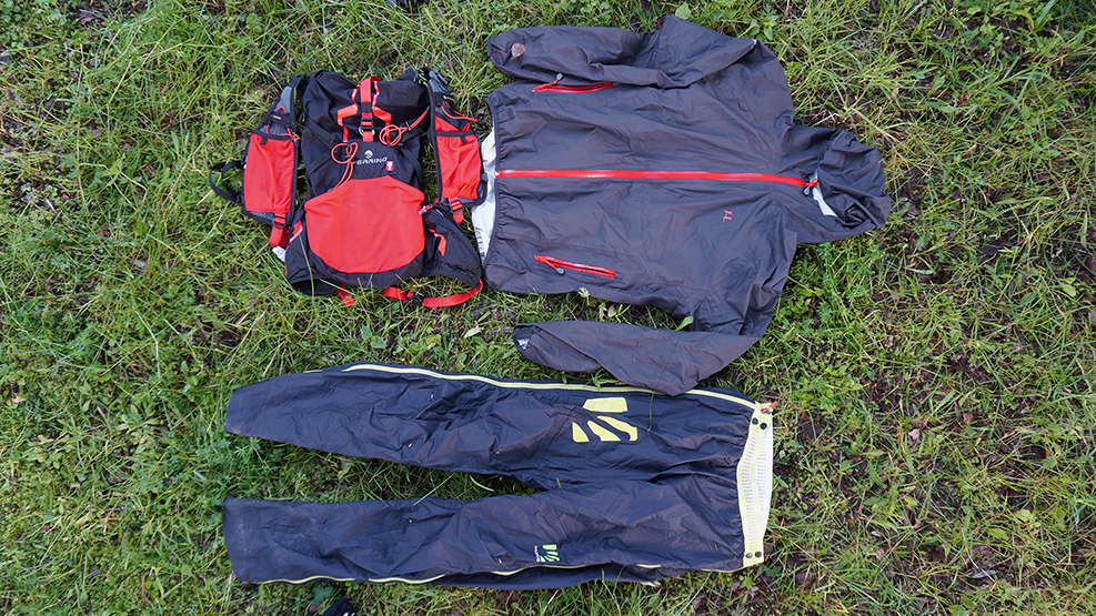 Bežecké nohavice a bežecká bunda do dažda. Bežecký ruksak.