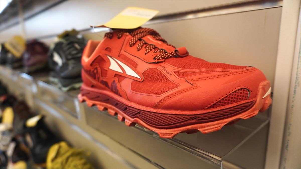 ALTRA Lone Peak Low 4,5 je bežecká trailová teniska v červenej farbe čo je dámska verzia