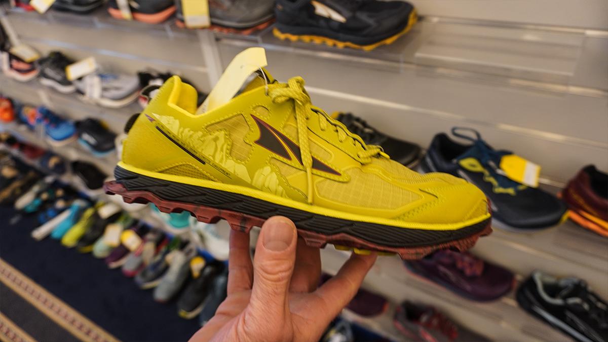 ALTRA Lone Peak Low 4,5 je bežecká trailová teniska a jej žltá Pánska verzia