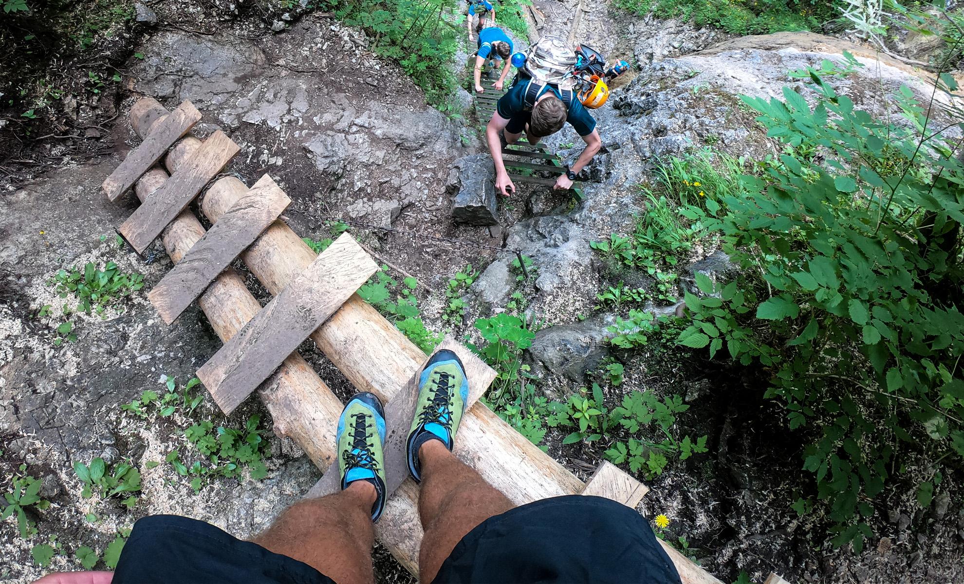 Bosp Grifit trekingové topánky na kovových mostíkoch počas prechodu feratou na Kyseli | recenzia