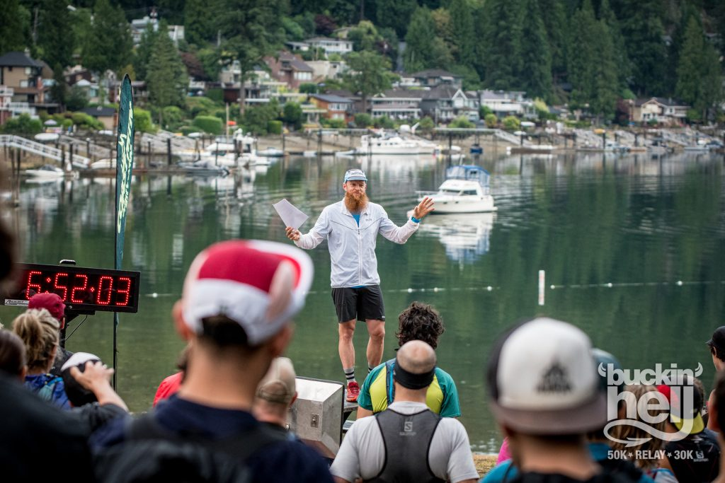 Garry Robbins počas vysvetľovania na Bucking Hell ultra maratóne