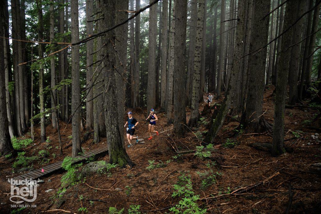 Bucking Hell ultra maratón v lese počas behu