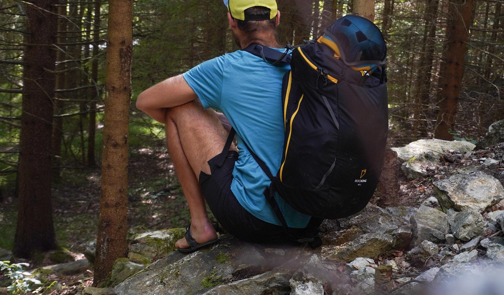 Singin Rock Rocking má dve moťnosti ochopenia prilby do sieťky a to z predu a z vrchu.