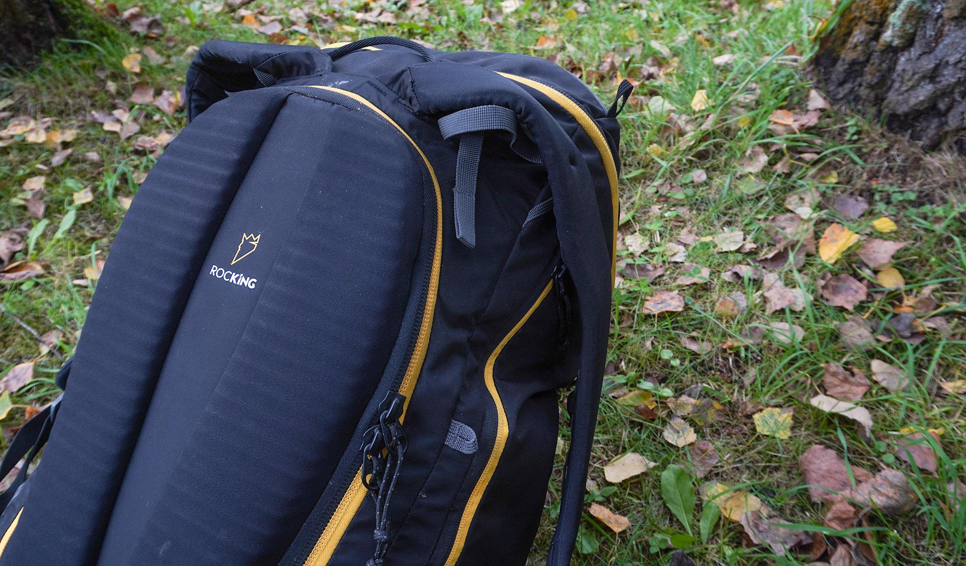 Singing rock Rocking 40 s výstuhou na chrbát proti tlačeniu lezeckej výbavy do chrbitice.