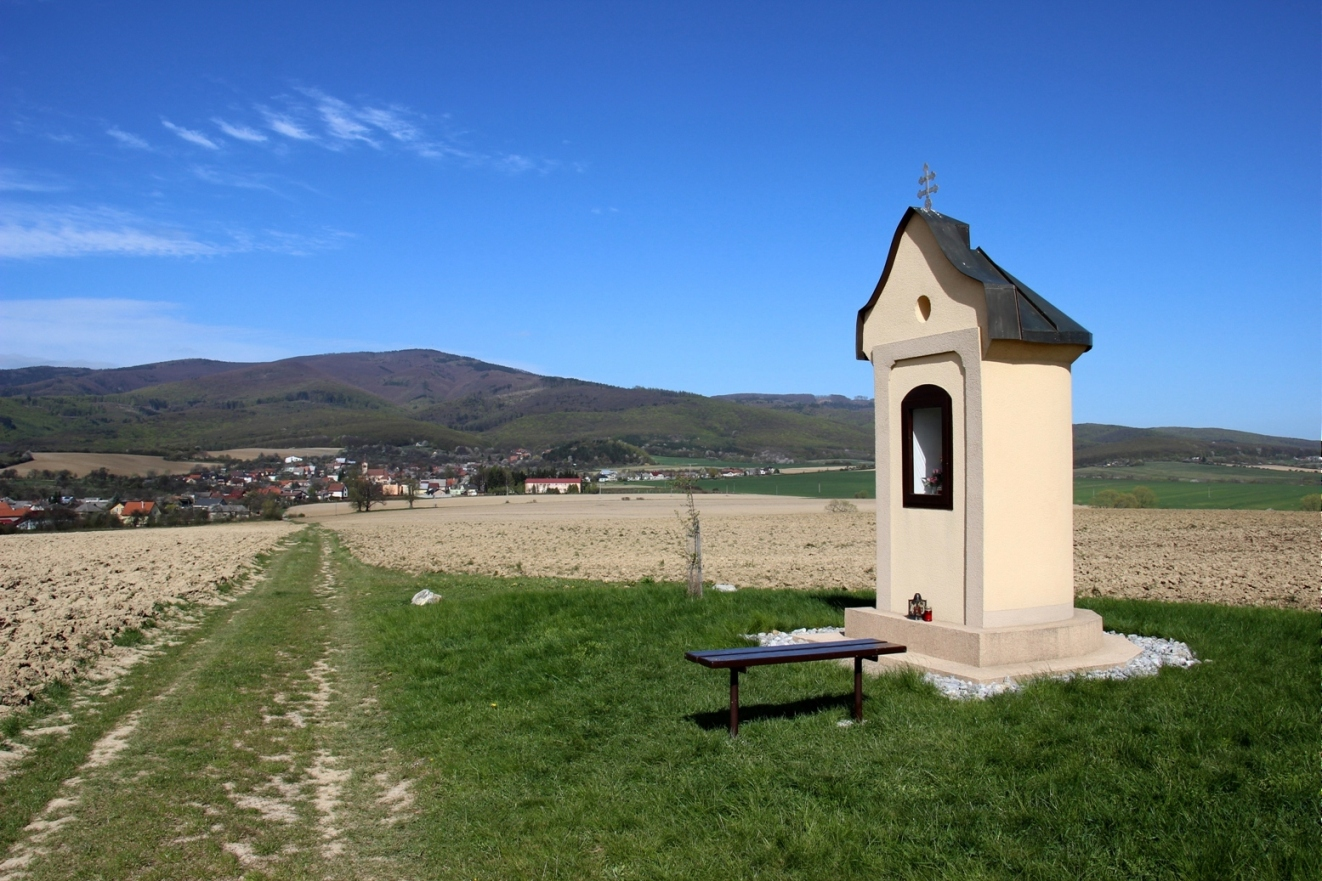 Pohľad na Inovec spoza obce Dubodiel
