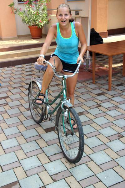 Kika si v rámci čakania požičiava bicykel od dedinčanov a vyráža Tónovi naproti