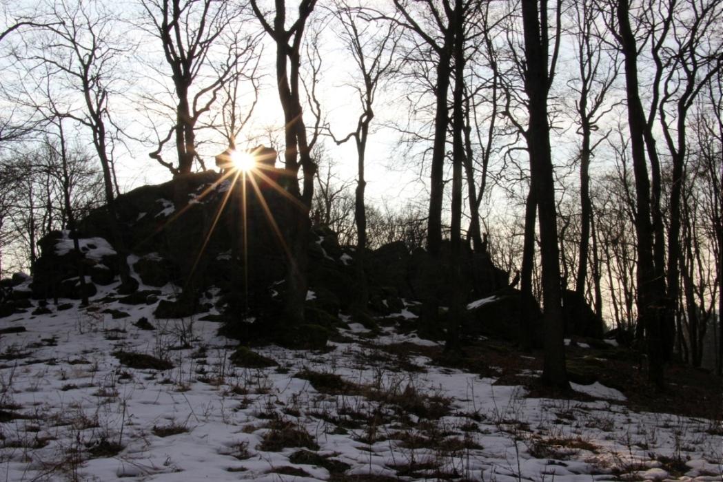 Slnko stúpa ponad skaly, trasa z Lehoty po zelenej, napája sa na červenú značku tesne pod chatou - marec