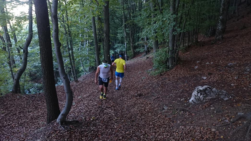 Matúč Vnenčák vedie počas behu cez vápeč 2015