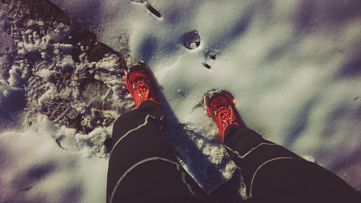 Bežecká topánka treksta Alter Ego v snehu