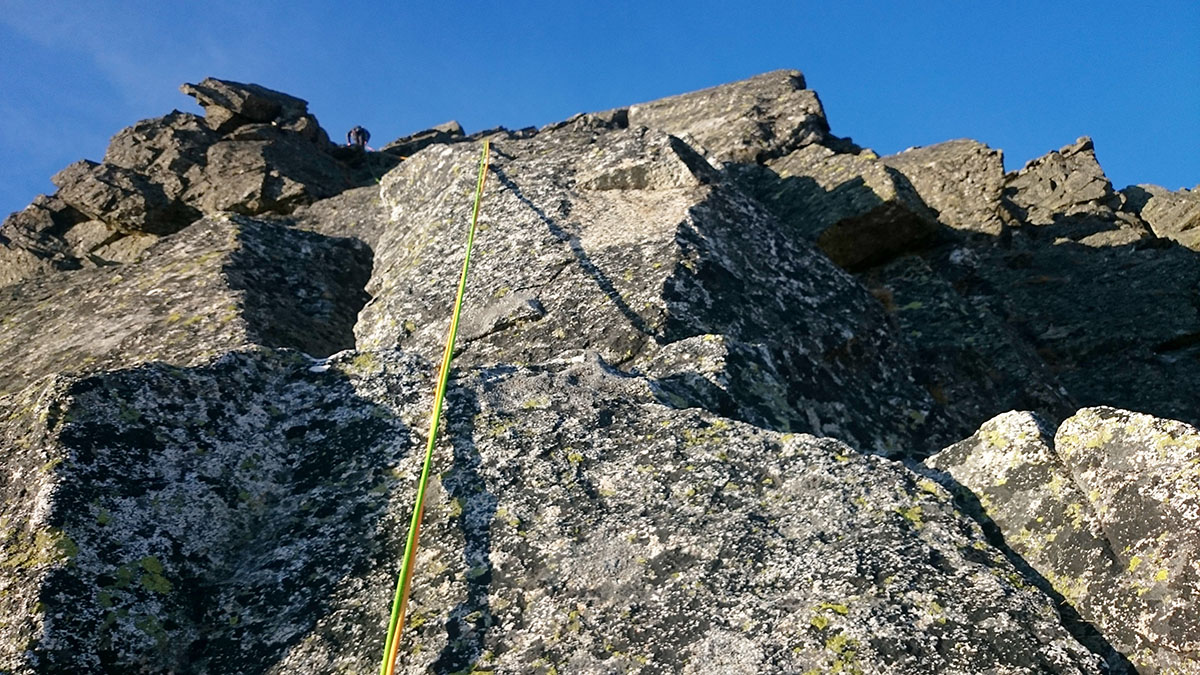 Vladino dolieza ku hrebeňu Volovky. Toto je štvrtá dĺžka 60m lana. Volovka, Vysoké Tatry