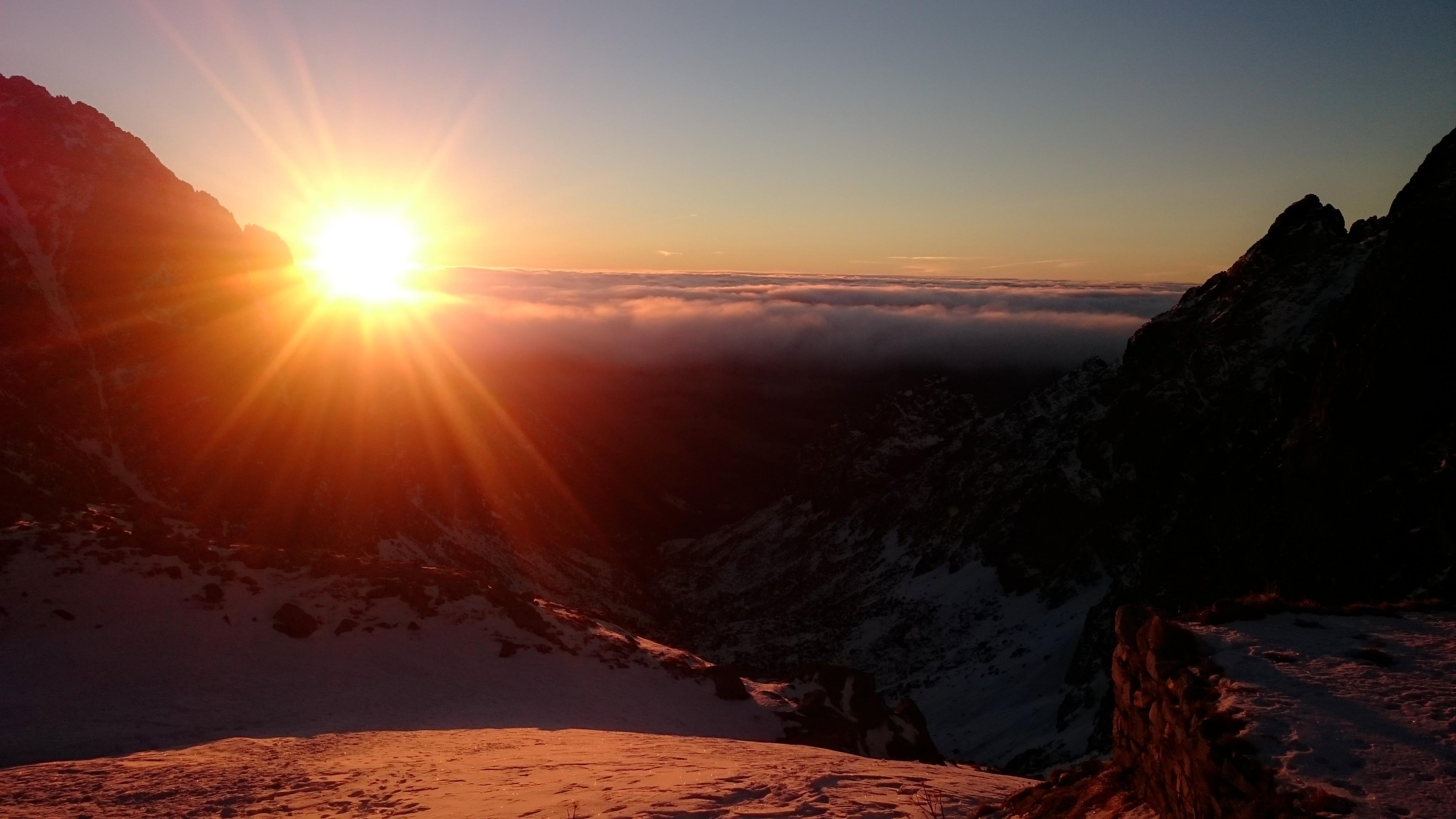 Východ slnka na Téryho chate v zime