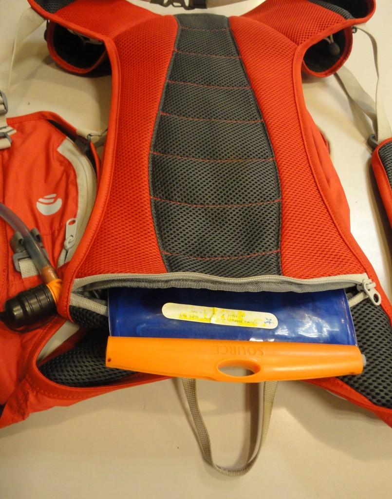 Samostatný priečinok na hydro vak v chrbtovej časti batohu.
