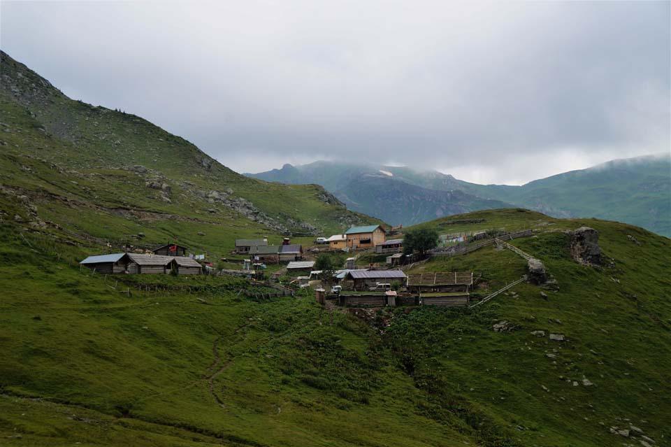 Najvyšší vrch Kosova - Djeravica 2656 m. Obydlia domácich v malej dedinke na kopci