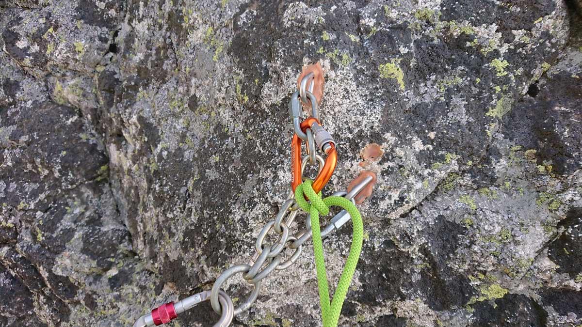 Jubilejná horolezecká cesta na Velický Zub , drevená klietka na Kamzíky ()ukazujem miesto nástup pod stenou, prvý štand