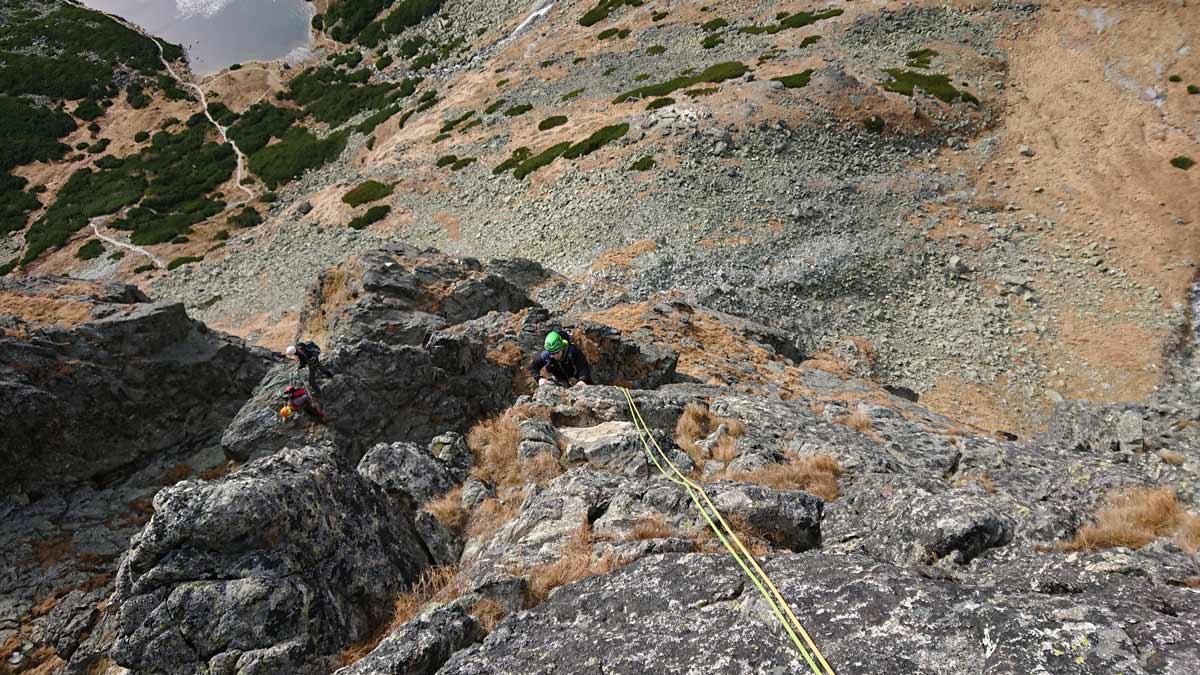 Jubilejná horolezecká cesta na Velický Zub, tretí štand Davo dolieza ku mne