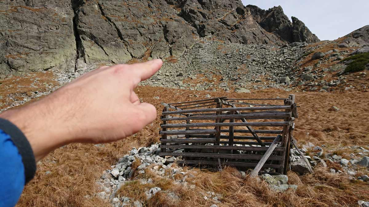 Jubilejná horolezecká cesta na Velický Zub , drevená klietka na Kamzíky ()ukazujem miesto nástup pod stenou
