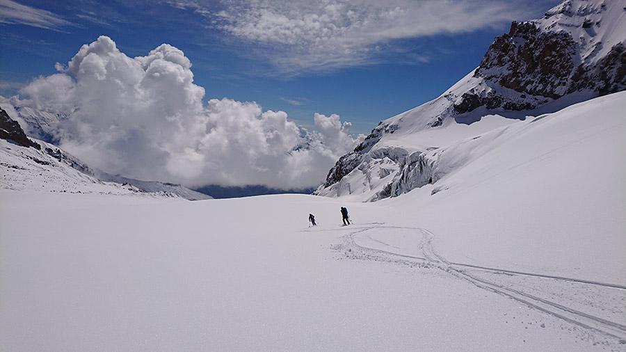 %Ladovec Gergeti pod Kazbegom a lyžovačka na skialpoch dole